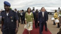 La présidente centrafricaine de la transition Catherine Samba-Panza accueille le secrétaire général des Nations unies Ban Ki-moon à l'aéroport de Bangui, le 5 avril 2014. PHOTO/MIGUEL MEDINA
