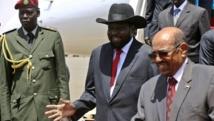 Le président du Soudan Omar el-Béchir accueille à l'aéroport Salva Kiir, président du Soudan du Sud, le 5 avril 2014.