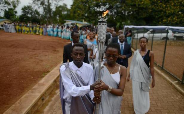 La torche du souvenir qui a fait le tour du Rwanda, durant une procession dans l'arrondissement de Kicukiru le 5 avril 2014. Elle retournera le 7 avril au memorial de Kigali pour marquer les 20 ans du génocide Simon Maina AFP
