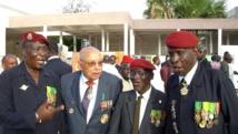 L'ancien tirailleur sénégalais Claude Mademba Sy (2e gauche) lors de la «Journée du tirailleur» à Dakar, le 23 mai 2008.