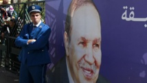 Un policier algérien, lors d'un meeting pro-Bouteflika, ce samedi 12 avril à Alger. REUTERS/Louafi Larbi