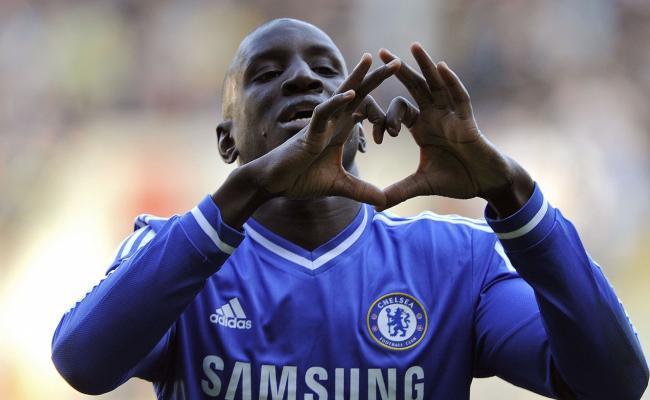 Angleterre Demba Ba garde Chelsea dans le coup