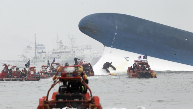 Les secours tentent de venir en aide aux rescapés du naufrage. EUTERS/Hyung Min-woo/Yonhap