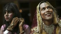 En Inde, beaucoup de transgenres gagnent leur vie en chantant, dansant ou bien via la prostitution et la mendicité.