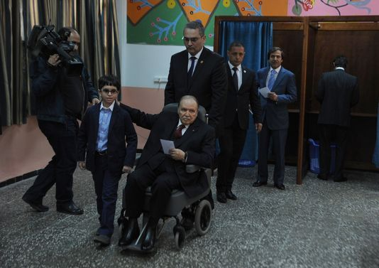 En Algérie, Abdelaziz Bouteflika a voté en fauteuil roulant