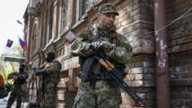 Des insurgés, arborant le ruban orange et noir de Saint-Georges, symbole des partisans de la Russie. A Slaviansk, le 21 avril 2014.