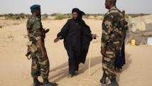Dans le village de Tashek, au nord du Mali, une patrouille de militaires discute avec un touareg. REUTERS/Joe Penney