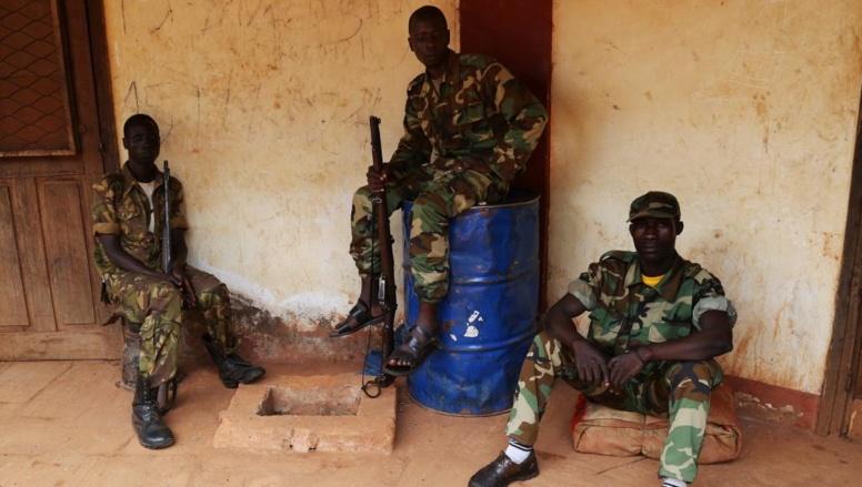 Des soldats de la Séléka en attente dans leur quartier général de Bambari. REUTERS/Emmanuel Braun