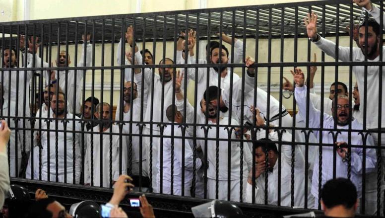 Fin mars, à Alexandrie, quelques uns des Frères musulmans poursuivis dans ce procès de masse. REUTERS/Al Youm Al Saabi Newspaper