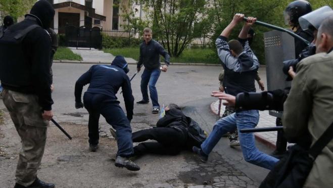 Violences entre partisans de la Russie et pro-Ukraine le 28 avril à Donetsk. REUTERS/Marko Djurica