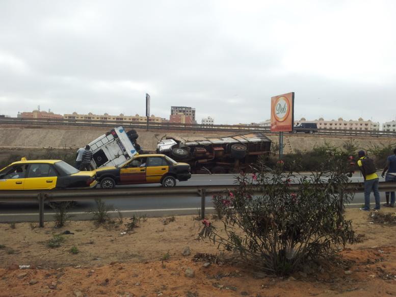 Accident spectaculaire sur l'autoroute: Un car Ndiaga Ndiaye et un camion se cognent et se renversent (Photos)