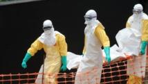 Des membres de Médecins sans frontières transportent le corps d'une des victimes de l'Ebola, à Guékédou, en Guinée, le 1er avril 2014