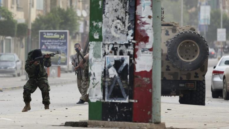 Un membre de l'armée tire vers des militants du groupe Ansar al-Charia, le 25 novembre 2013, à Benghazi. REUTERS/Esam Omran Al-Fetori