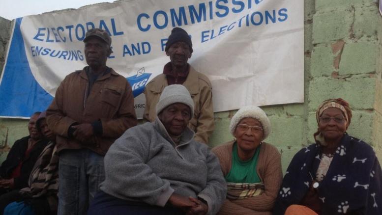 Des Sud-Africaines attendent l'ouverture d'un bureau de vote dans un township de Johannesburg, ce mercedi 7 mai à l'aube.