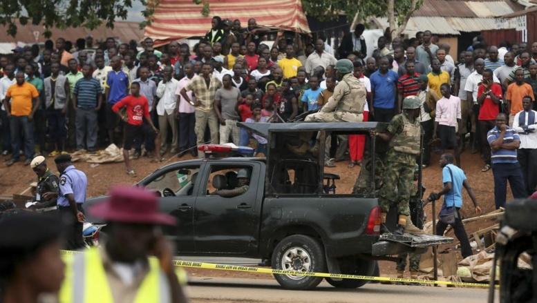 L'armée nigériane arrive sur le lieu d'une explosion à Abuja. Attaque attribuée au groupe jihadiste Boko Haram, le 2 mai 2014.