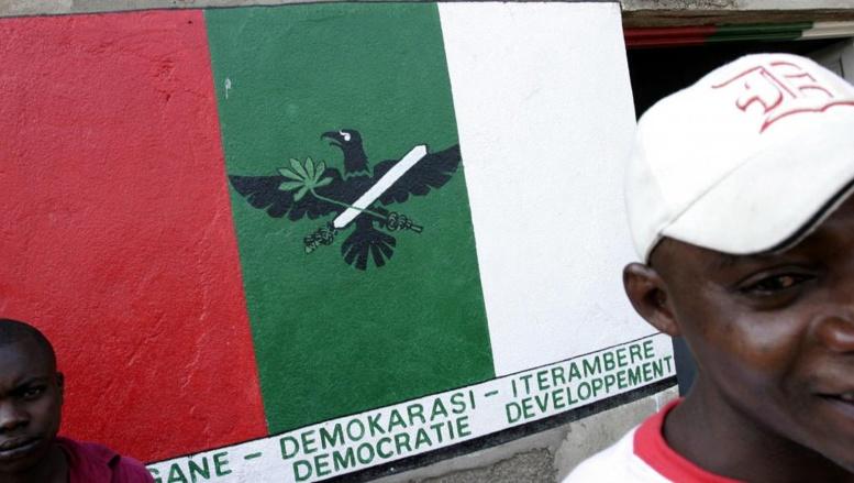 Des militants du CNDD-FDD, en juillet 2005, devant le local du parti, à Bujumbura. AFP PHOTO/JOSE CENDON