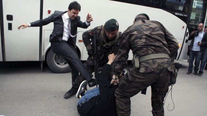 L'incroyable photo du conseiller d'Erdogan qui frappe un manifestant