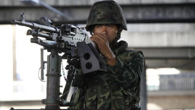 Un militaire thaïlandais dans le centre-ville de Bangkok après la proclamation de la loi martiale, mardi 20 mai. REUTERS/Chaiwat Subprasom