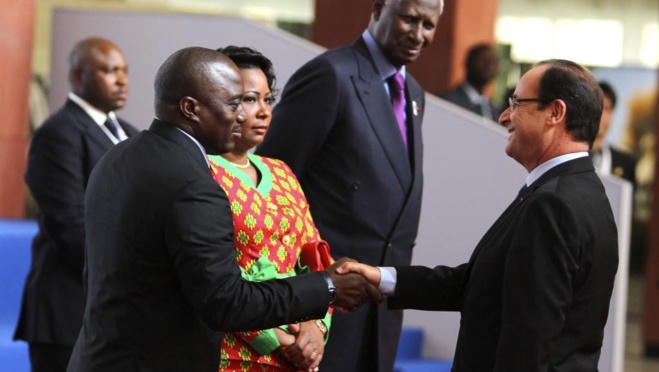 François Hollande et Joseph Kabila à Kinshasa, le 13 octobre 2012. REUTERS/Noor Khamis