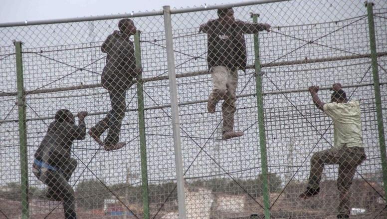 Des migrants tentent le passage dans l'enclave espagnole de Melilla, en territoire marocain, le 17 mai 2014. REUTERS/Jesus Blasco de Avellaneda