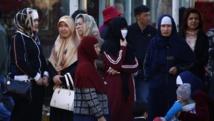 Des femmes ouïghoures à la gare de Urumqi, capitale du Xinjiang, le 1er mai dernier, au lendemain d'une précédente attaque.