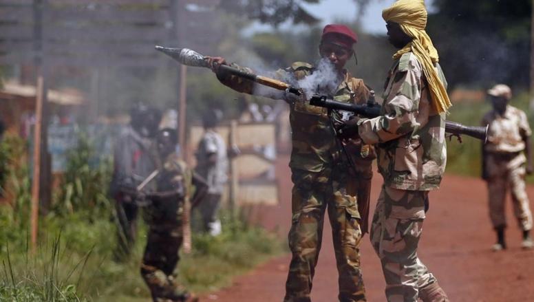 Un soldat de l'ex-Seleka prépare un tir de roquette vers des soldats français. REUTERS/Goran Tomasevic