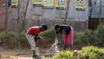 Deux enfants sud-africains sous les affiches électorales de la présidentielle, à Bekkersdal, township à l'est de Johannesburg, le 3 mai 2014. REUTERS/Mike Hutchings (SOUTH AFRICA