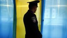 Un policier dans un bureau de vote de Kosmach, dans l'ouest de l'Ukraine, ce dimanche 25 mai avant l'ouverture des bureaux.