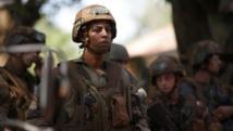 Un soldat français, dans les rues de Bambari, fait face aux manifestants, ce vendredi 23 mai. REUTERS/Goran Tomasevic
