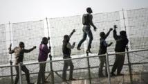 Des migrants africains qui escaladent le grillage surmonté de lames de rasoir, frontière entre l'Espagne et le Maroc, sont arrivés à entrer dans l'enclave espagnole de Melilla (ici le 1er mai 2014). Reuters/Jesus Blasco de Avellaneda