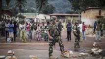 Les forces françaises Sangaris prêtes à riposter contre les manifestants face à une barricade dans le centre de Bangui, vendredi 30 mai 2014. AFP PHOTO/MARCO LONGARI