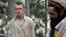 Le sergent Bowe Bergdahl, capturé par les talibans le 30 juin 2009, était apparu sur une vidéo du groupe Manba al-Jihad le 7 décembre 2010. Il était le seul prisonnier de guerre américain en treize ans de guerre en Afghanistan.