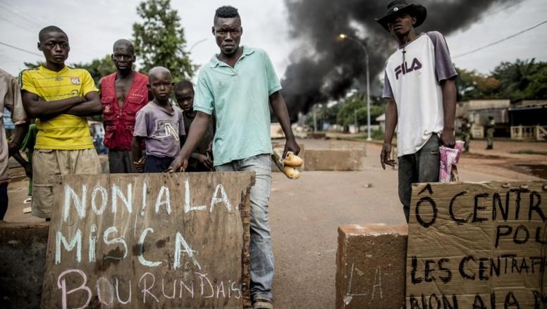 Des manifestants protestent contre la présence des «Burundais de la Misca», le 29 mai 2014 à Bangui. AFP PHOTO / MARCO LONGARI