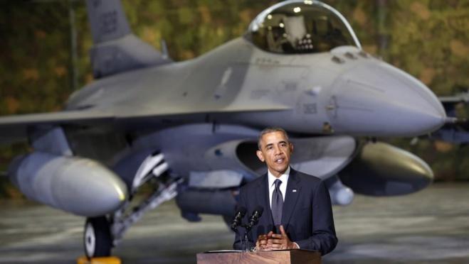 Barack Obama, sur le tarmac de l'aéroport de Varsovie, devant un chasseur F-16, le mardi 3 juin. REUTERS/Kevin Lamarque
