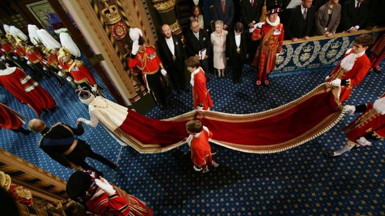 Un petit page s'évanouit en plein milieu du discours d'Elizabeth II