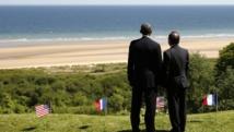 François Hollande et Barack Obama face à la place d'Omaha Beach, en Normandie, le 6 juin 2014. REUTERS/Kevin Lamarque
