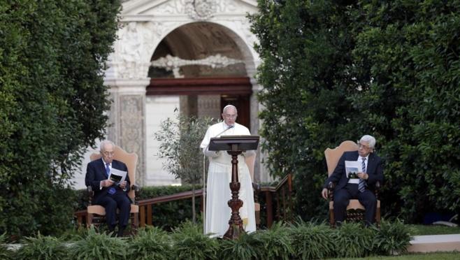 Le pape François (C), les présidents israélien Shimon Peres (G) et palestinien Mahmoud Abbas, dans les jardins du Vatican, le 8 juin 2014.