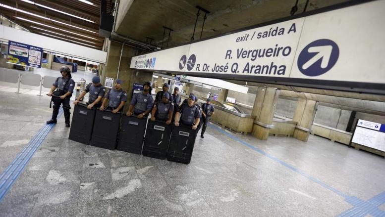 Des policiers en tenue de combat postés à la station Ana Rosa, au cinquième jour de grève des employés du métro. Sao Paulo, le 9 juin 2014.