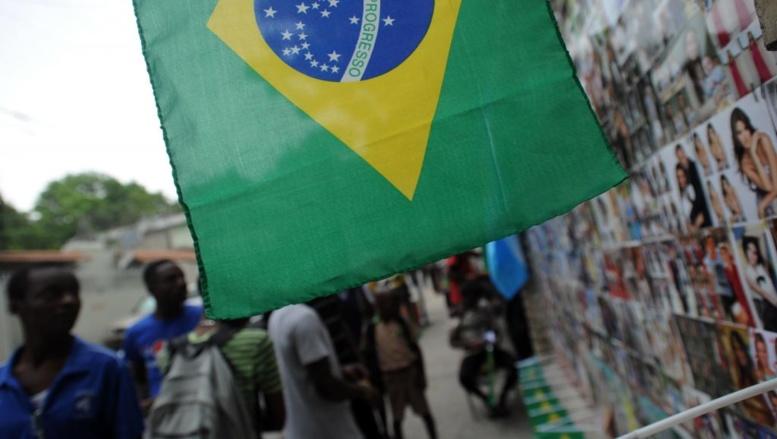 Haïti à l'heure de la Coupe du monde de football, drapeaux brésiliens au vent. AFP/Hector Retamal