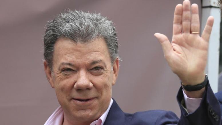 Le président Juan Manuel Santos saluant les médias après avoir voté ce dimanche 15 juin 2014. REUTERS/Jose Miguel Gomez