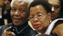 Zelda la Grange fait le récit du traitement mesquin de Graça Machel (d) de la part de membres la famille de Nelson Mandela.