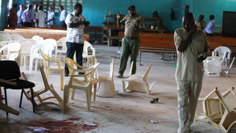 Des soldats kenyans sur les lieux d'un attentat à Monbasa. les villes côtiètres du Kenya sont régulièrement la cible d'attaques de la part des shebabs. Reuters/Joseph Okanga