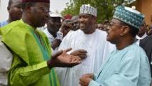 Les trois leaders de l'opposition, l'ancien président nigérien Mahamane Ousmane (G), l'actuel président du Parlement Hama Amadou (C) et l'ex-Premier ministre Seyni Oumarou (D) pendant la manifestation à Niamey, dimanche 15 juin 2014.