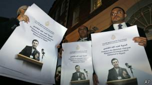 Des manifestants brandissent des image du journaliste incarcéré d'Al-Jazeera Abdallah al-Shamy, le 12 novembre 2013