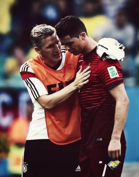 CDM 2014: Bastian Schweinsteiger console Cristiano Ronaldo après Allemagne-Portugal