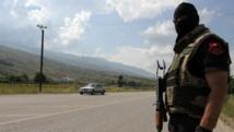 Un membre des forces spéciales de police albanaises à un check-point près du village de Lazarat, lundi 16 juin.