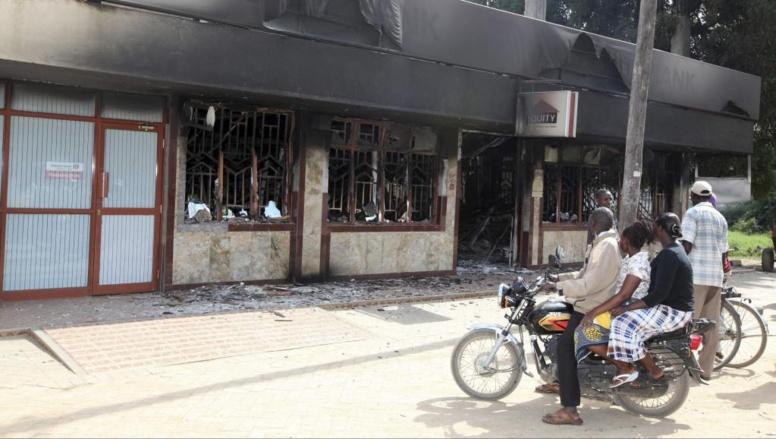 Des habitants de Mpeketoni observent les dégâts provoqués au lendemain de l'attaque, le 16 juin 2014. REUTERS/Joseph Okanga
