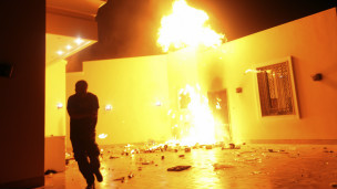 Le consulat américain de Benghazi en flammes après l'attaque d'un groupe armé.