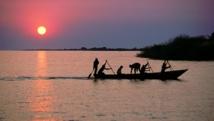 Des pêcheurs sur leur barque sur le lac Tanganyika. wikipedia