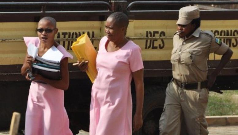 Agnes Uwimana Nkusi (G) et Saidati Mukakibibi, les deux journalistes rwandaises vêtues de rose et crane rasé, comme il est coutume dans le système pénitentiaire du Rwanda. Photo : le 30 janvier 2012. AFP/Steve Terrill